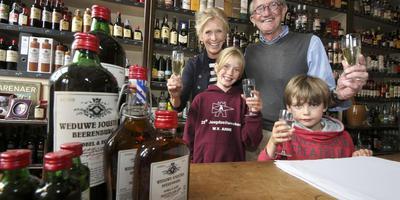 Heleen en Jaap Sonnenberg en de kinderen van haar broer, Rosa en Toon Sonnenberg, heffen het glas op de goede afloop. FOTO SIMON BLEEKER