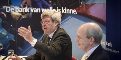 Bestuursvoorzitter Kees Beuving van de Friesland bank (rechts) en bestuursvoorzitter Piet Moerland van de Rabobank tijdens de persconferentie. De banken hebben overeenstemming bereikt over een fusie .