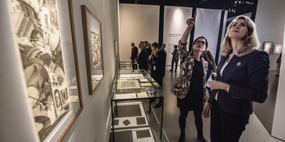 Staatssecretaris Mona Keijzer bracht maandag onder meer een bezoek aan de Escher-tentoonstelling in het Fries Museum, waar ze werd bijgepraat door Tessel van Elferen van het museum. FOTO HOGE NOORDEN/JACOB VAN ESSEN