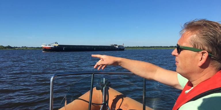 Richard Veldman wijst op de dode hoek van een vrachtschip. FOTO LC