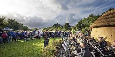 Het bijenconcert uitgevoerd door Blaast de Bazuin uit Surhuisterveen met rechts het oratorio, de lemen hut waarbinnen het geluid van de bij de komende tijd blijft klinken. FOTO MARCEL VAN KAMMEN