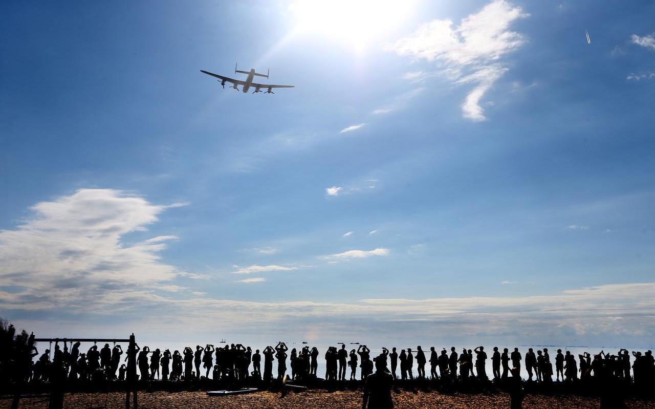 De enige nog vliegende Lancaster in Europa bracht half september 2016 een saluut aan de omgekomen bemanning van een Britse bommenwerper die op 9 mei 1941 boven het IJsselmeer werd neergehaald. Het wrak lag midden in het gebied waar Smals zand wil winnen. Voor de berging werd een stukje IJsselmeer drooggelegd, waarvan de kosten deels door Smals werden gedragen.  FOTO CATRINUS VAN DER VEEN