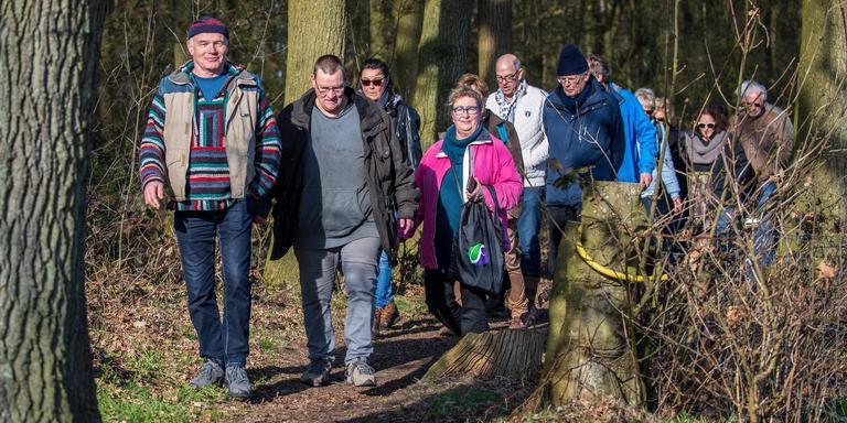 Lambertus Mous (links) doet met vijftig anderen mee aan een wandeling naar het Mirnser Klif als 'ode' aan het verzet tegen de zandwinning. FOTO NIELS DE VRIES
