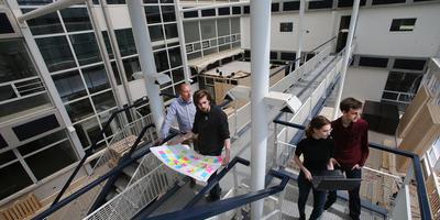 Erwin Kenter (uiterst links) bouwt in het kantoorpand aan de Heliconweg 60 een plek voor innovatief ondernemerschap. Van links naar rechts studenten van NHLStenden die werken in het pand: Patrick Walsweer, Lisette Moens en Wypke Feenstra. FOTO NIELS WESTRA