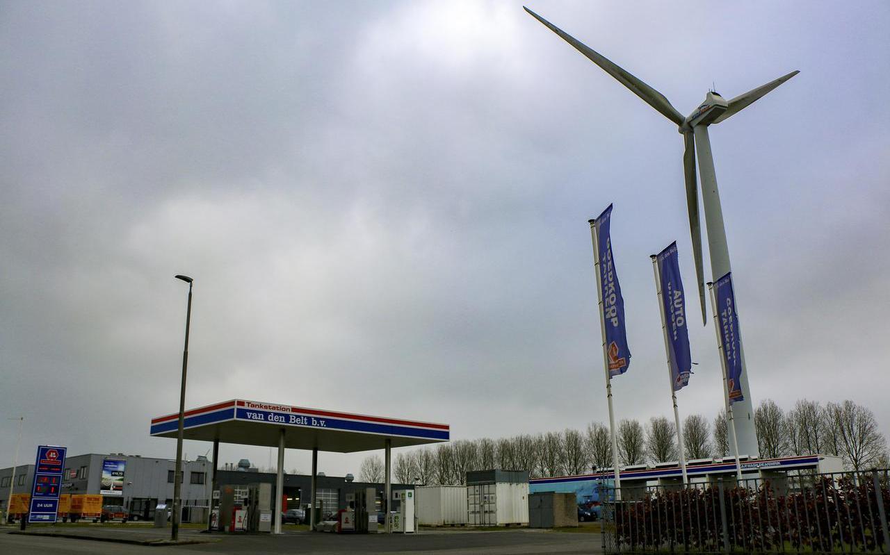 Energiebronnen op Leeuwarder bedrijventerrein Hemrik: fossiele brandstof voor de auto, windstroom voor het net.