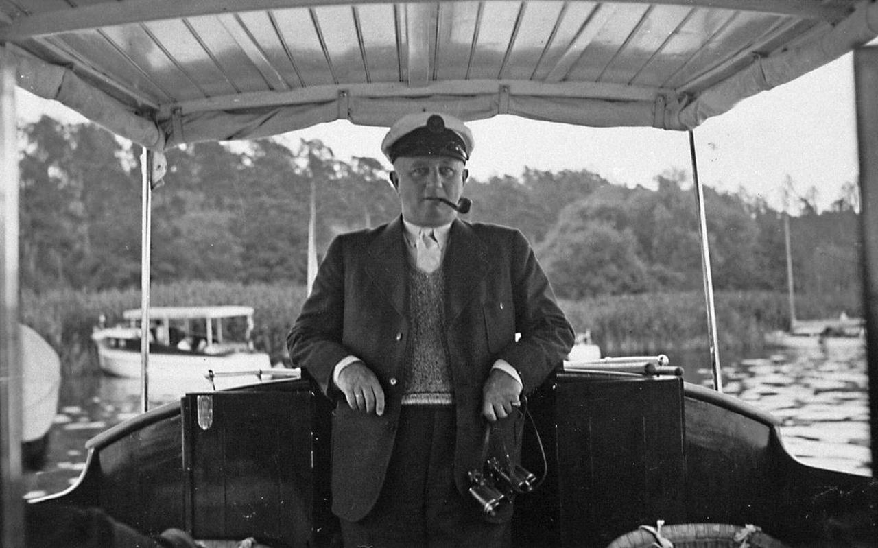 Max Blokzijl op zijn jachtje Tramp, op de Wannsee in Berlijn