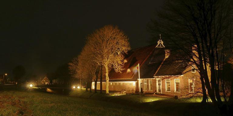 De verlichte boerderij van de familie Palsma op de Oudebildtdijk onder Sint Annaparochie. FOTO BERTUS DIJKSTRA