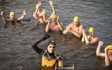 Maarten van der Weijden bij de finish van zijn tweede 11stedenzwemtocht.