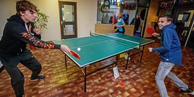 Jongens slaan een balletje in het vernieuwde jongerencentrum Afslag 18 in Bolsward. Buurtsportcoach Rik de Vries gaf de pingpongtafel cadeau. FOTO NIELS DE VRIES
