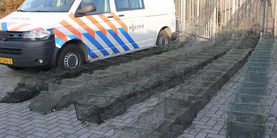 De politie nam tientallen illegale fuiken in beslag. FOTO POLITIE NOORDWEST-FRYSLAN