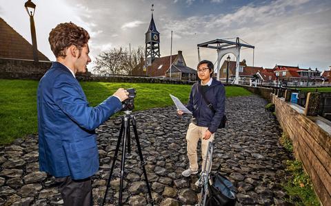 Dyami Millarson (links) en Ken Ho oefenen in Hindeloopen voor hun presentatie aan de bevolking FOTO NIELS DE VRIES