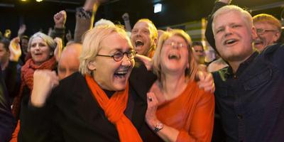 Lutz Jacobi viert feest met haar partijgenoten. FOTO ANP/VINCENT JANNINK