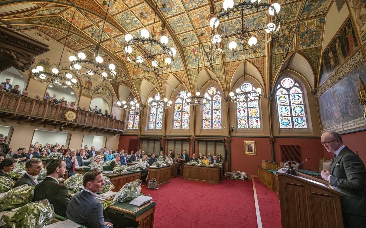 CdK Arno Brok spreekt de statenleden van FvD toe. Maken zij straks deel uit van de coalitie? FOTO HOGE NOORDEN/JACOB VAN ESSEN