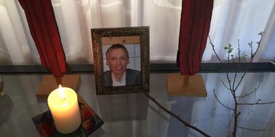De ouders van Rinke Terpstra hebben in hun woonkamer voor hun zoon een altaartje gemaakt.
