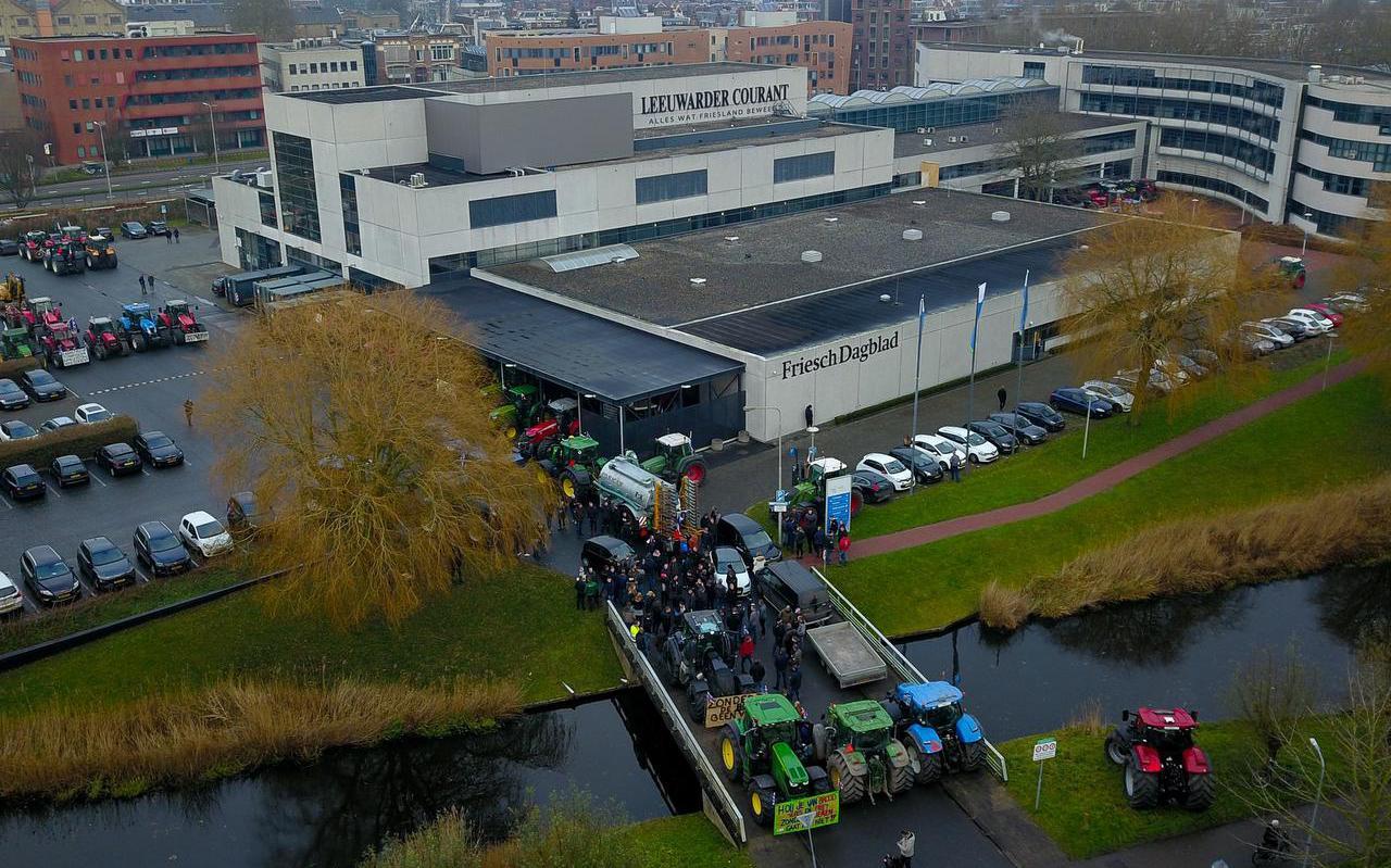 Trekkeractivisten blokkeren de toegangsbrug naar de Leeuwarder Courant en het Friesch Dagblad, op woensdag 18 december 2019.