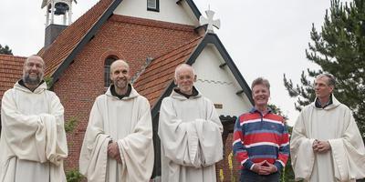 De monniken voor de Egbertkapel op Schiermonnikoog. Van links naar rechts broeder Alberic, broeder Vincentius, broeder Paulus, broeder Jos en broeder Jelke.
