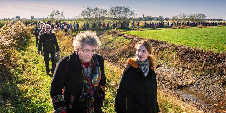 Zo'n honderd deelnemers telde de Stoarmrin, een positieve mars voor de Friese weide. FOTO NIELS DE VRIES