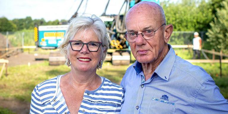 Marianne en Cor van Staveren uit Oudega (Sm.) zagen gisteren de eerste paal geslagen worden voor hun droomhuis.
