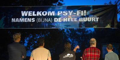 Omwonenden hangen een spandoek op om te laten weten dat ze geen problemen hebben met het festival Psy-fi. FOTO MARCEL VAN KAMMEN