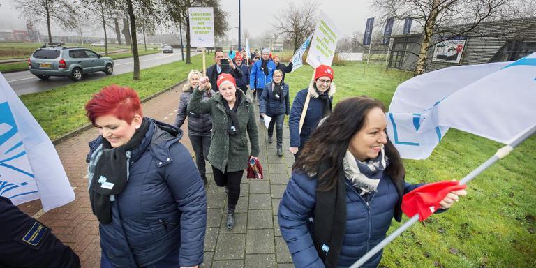 Taxichauffeurs onderweg naar de nieuwe mobiliteitscentrale Noord-Oost Friesland in Dokkum. FOTO MARCEL VAN KAMMEN