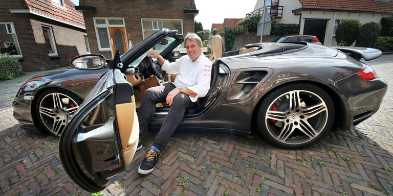 Hylke Krikke in zijn Porsche. FOTO SIMON BLEEKER