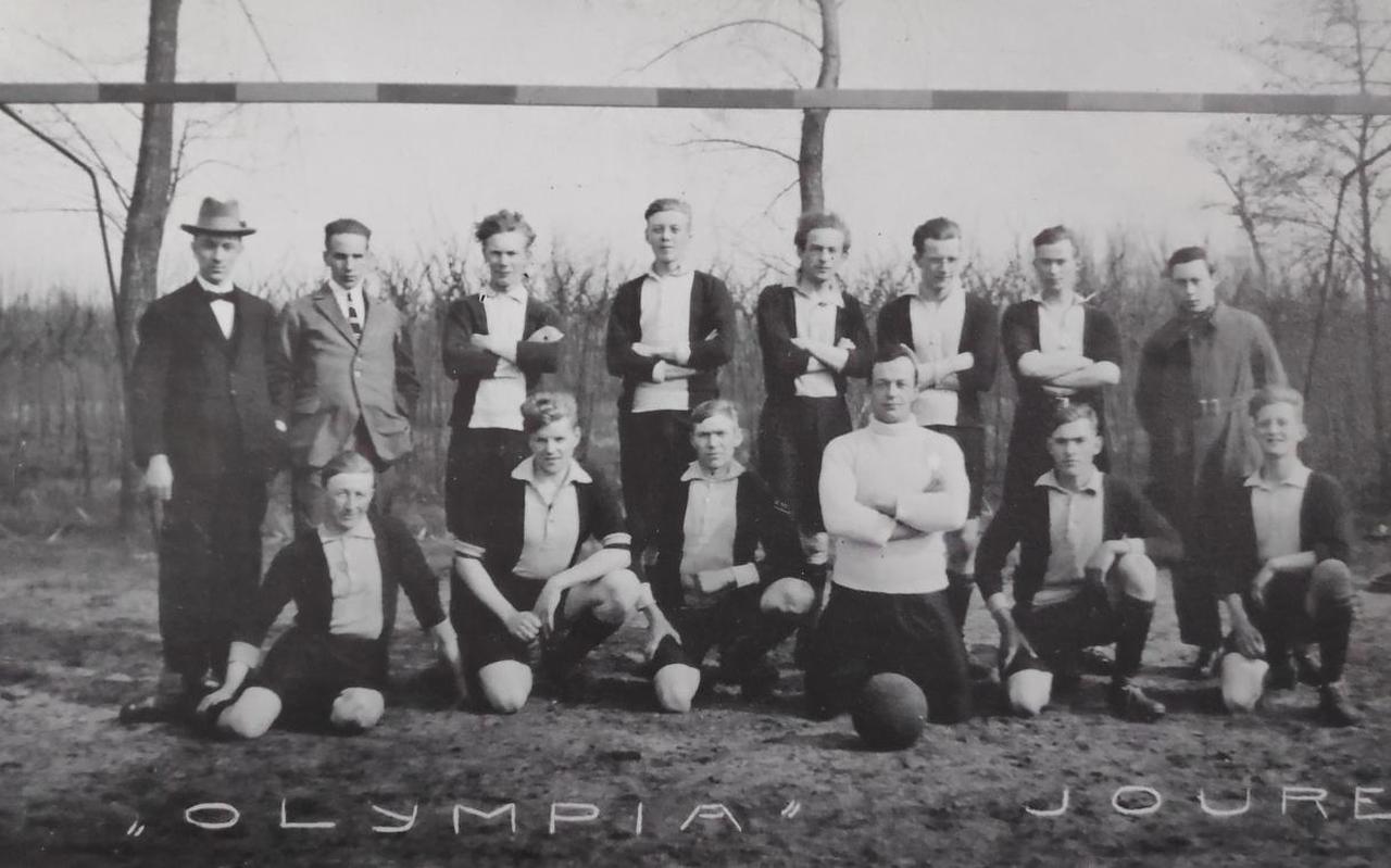 Herman Jongbloed op een elftalfoto van Olympia: achterste rij, derde van rechts.
