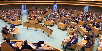 Een volle vergaderzaal dinsdag in de Tweede Kamer, waar de motie-Van der Molens bleef steken op 73-73.