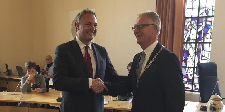 Burgemeester Eric ter Keurs (l), die per 1 september vertrekt, droeg vorige week de ambtsketen over aan wethouder Doeke Fokkema