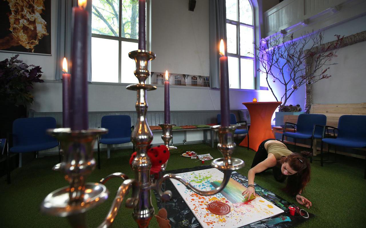Een bezoeker van de Stiltedag in Boksum gebruikte de tijd om te schilderen.