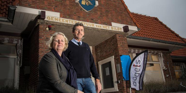 Huisartsenechtpaar Paul en Anneke Bögels voor het gezondheidscentrum in het voormalig gemeentehuis. FOTO JAN SPOELSTRA