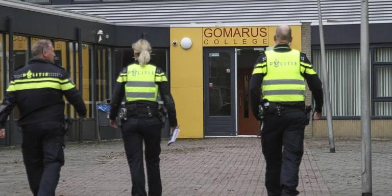 Politie bij het Gomarus College in Leeuwarden, na de bommelding.