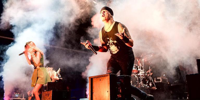 De Nederlandse band Delain tijdens hun tot twee keer toe onderbroken optreden. FOTO JILMER POSTMA