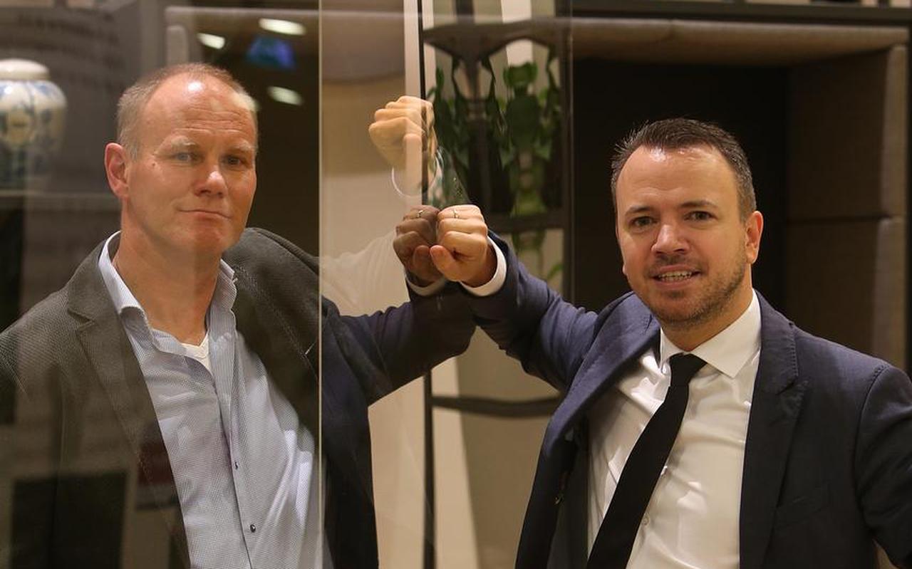 Directeur Dennis Carton (links) van YnBusiness en Sander de Rouwe, gedeputeerde van Economische Zaken, op het Provinsjehûs.