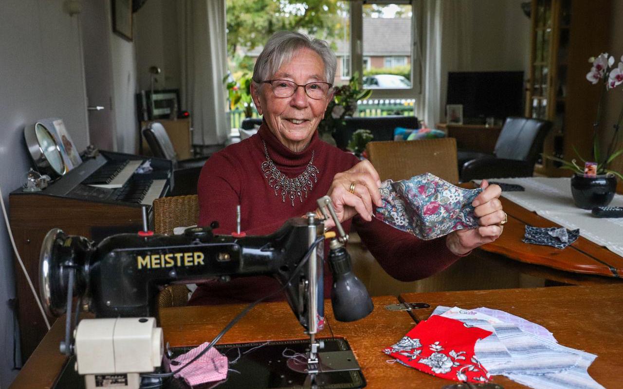 Bregtje Osinga-de Vlugt (86) achter haar 70 jaar oude Meister.