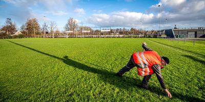 Gerlof Gerlofsma van de gemeente Waadhoeke onderhoudt de velden van sportpark de Waaie in Sint Annaparochie. FOTO HOGE NOORDEN/JACOB VAN ESSEN