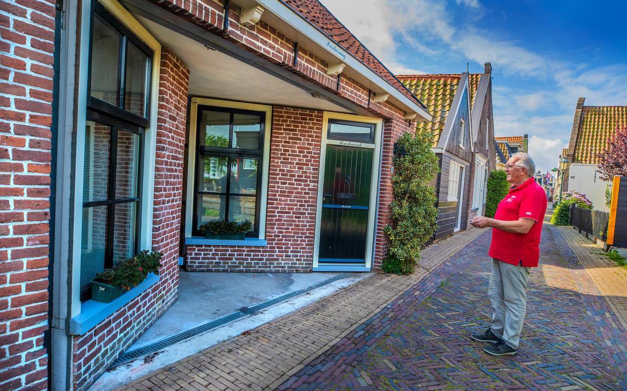 Hayo de Vries doet de garage open met de afstandsbediening.