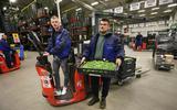 Polen in Friesland: Dawid Wachowski (links) en Maciej Zak bij Smeding Groenten en Fruit in Sint Annaparochie. FOTO NIELS WESTRA