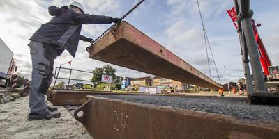 Een hijskraan legt een deel van de tijdelijke brug over de Kompanjonsfeart op zijn plek. FOTO RENS HOOYENGA