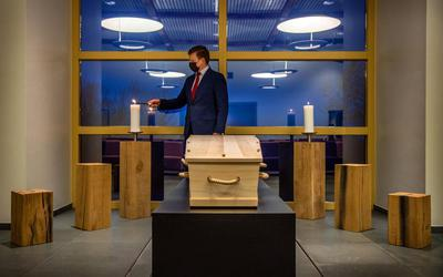 Jan Marten de Boer, van uitvaartverzorging J.Æ. de Boer de Boer in Sneek steekt een kaars aan in de aula van het crematorium.
