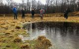 Mysterieuze 'monoliet' is weg, maar trekt vandaag wel groepjes mensen naar Oudehorne