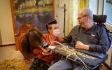 Bewoners van verpleeghuis Ikenhiem knuffelen, aaien en kussen pony Daisy