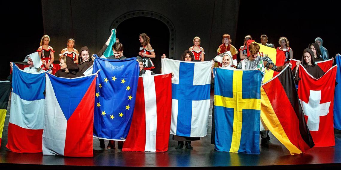 Leerlingen van de musicalopleiding MUZT uit Sneek presenteren de vlaggen van de deelnemende landen. Tijdens het festival worden ze ingezet om de aankondigingen te doen. FOTO NIELS De VRIES