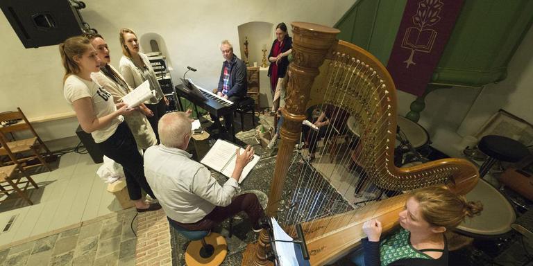 Repeteren voor de Sint Vitus Passie in de Vituskerk in Wetsens met op de kruk componist en regisseur Anne de Bruijn. FOTO MARCEL VAN KAMMEN