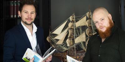 Richard Zuiderveld (links) en Aant-Jelle Soepboer: ,,Wy woene bern wer ynteressearre krije foar skiednis.'' FOTO MARCEL VAN KAMMEN