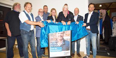 De negen lijsttrekkers van de partijen die meedoen aan de verkiezingen voor Noardeast-Fryslan openen samen de verkiezingsmarkt. FOTO JAN SPOELSTRA