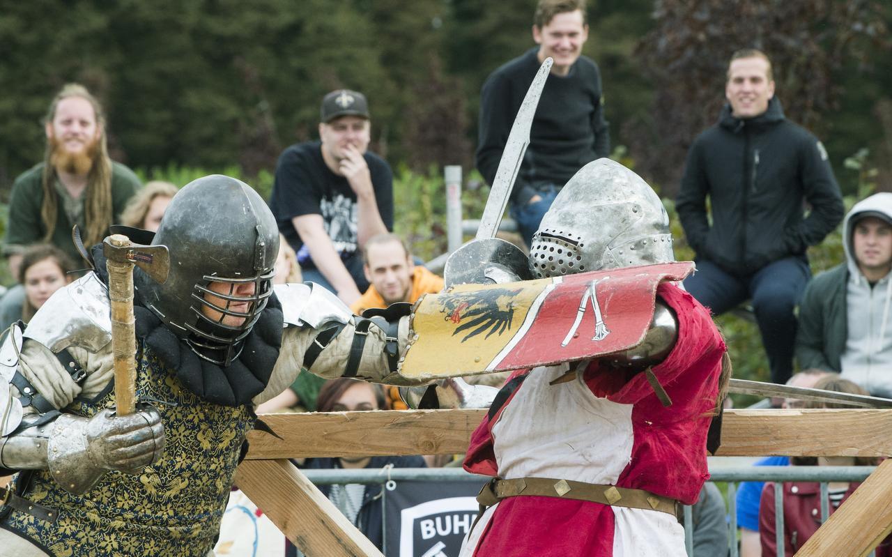 Vijf tegen vijf met zwaard, bijl en schild in het internationale buhurt-toernooi, dat een populair onderdeel is van het fantasyfestival Imaginarium. FOTO MARCEL VAN KAMMEN