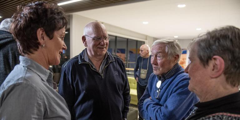 Klasina Seinstra (links) praat in de Elfstedenhal bij met Reinier Paping (tweede van rechts). FOTO HOGE NOORDEN/JACOB VAN ESSEN