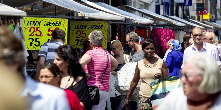 Shoppers in het centrum van Heerenveen. FOTO ARCHIEF LC