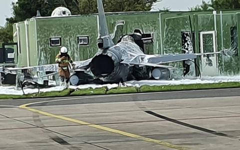 Dit beeld werd aan onze redactie gestuurd. Goed te zien is hoe de F-16 het gebouw heeft geraakt.