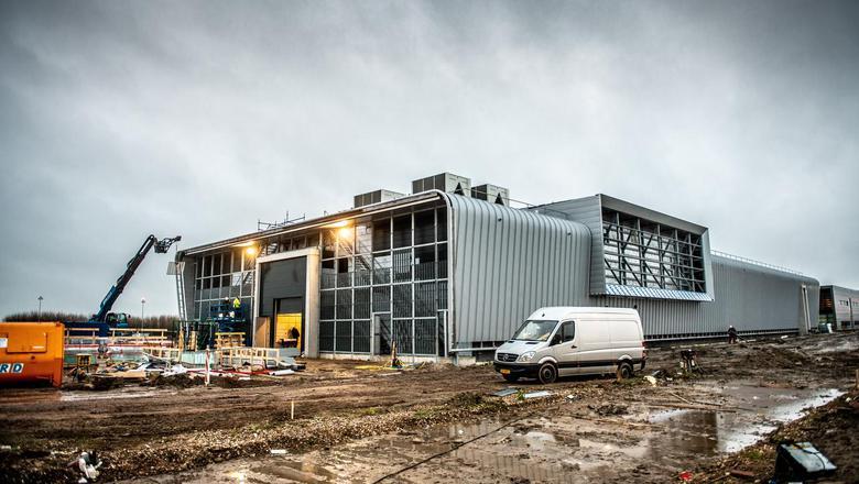 Het nieuwe les- en kantoorgebouw voor de F-35 op de Leeuwarder vliegbasis. FOTO HOGE NOORDEN/JACOB VAN ESSEN